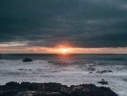 Coucher de soleil lumineux sur l'océan — Photo de stock