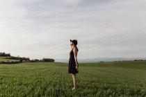 Женщина, стоящая в поле — стоковое фото