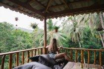 Femme détente sur la terrasse en bois — Photo de stock