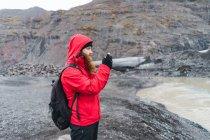 Menschen nehmen Foto mit Smartphone in der Natur — Stockfoto