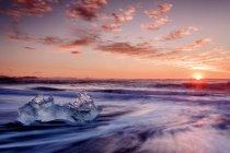 Cristal de gelo na costa ao pôr do sol — Fotografia de Stock