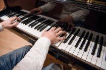 Musiker spielt Klavier — Stockfoto