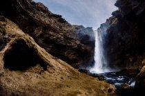 Cachoeira fluindo em rochas — Fotografia de Stock
