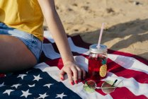 Девочка сидит на американском флаге — стоковое фото