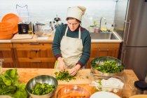 Mujer para picar la ensalada en el restaurante - foto de stock