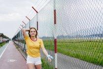 Девочка-подросток ходит по спортивной площадке — стоковое фото