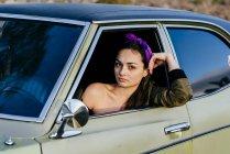 Женщина, сидящая в старинных автомобилей — стоковое фото