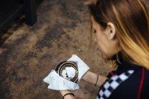 Жінка очищення шматок — стокове фото