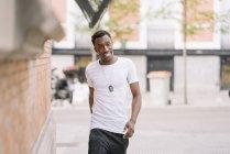 Людина в білій сорочці йшов по вулиці — стокове фото