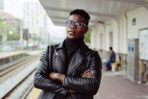 Black man standing on platform — Stock Photo