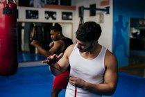 Kämpfer auf Bandage auf Händen — Stockfoto