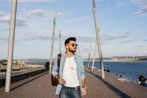 Homem na moda, passear à beira-mar — Fotografia de Stock