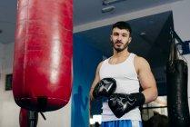 Чоловік, що стоїть поруч з боксерської груші — стокове фото