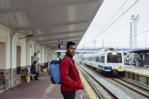 Hombre de pie en la estación de tren - foto de stock
