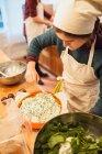 Kochen Sie setzen Sauce auf Teller — Stockfoto