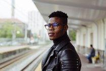 Чорний чоловік, що стоїть на платформі — стокове фото