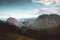 Chaîne de montagnes et de la vallée — Photo de stock
