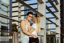 Casal abraçando na frente do edifício — Fotografia de Stock
