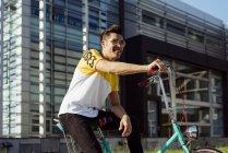 Mann sitzt auf Oldtimer Fahrrad — Stockfoto