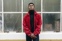 Homem negro inclinado na parede de vidro — Fotografia de Stock