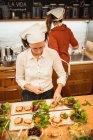 Frau Servierplatten mit veganen snacks — Stockfoto
