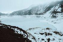 Lago congelado em montanhas nevadas — Fotografia de Stock