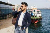Homem com mochila, falando no telefone — Fotografia de Stock