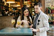 Пара стоит на таблице вне кафе — стоковое фото