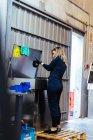 Жінки, що працюють в механічних майстерень — стокове фото