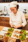 Frau-Teller mit Salat — Stockfoto
