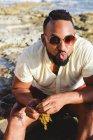 Мужчина посылает поцелуй на пляже — стоковое фото