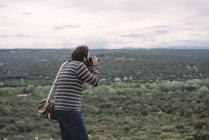 Фотожурналист фотографирует — стоковое фото
