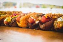 Fila di vari hot dog serviti — Foto stock