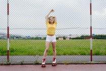 Девушка-подросток на роликовых коньках — стоковое фото
