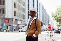 Homme noir debout sur la rue — Photo de stock