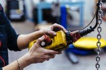 Жіночих рук, за допомогою інструменту — стокове фото