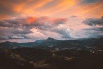 Красочные небо над горной долине — стоковое фото