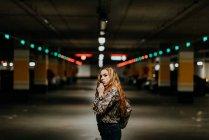 Mulher ruiva bonita fumando no estacionamento — Fotografia de Stock
