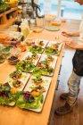 Cocinar ensalada de preparación en cocina - foto de stock