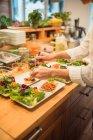 Готувати підготовка салат кухні — стокове фото