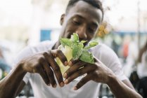 Hombre beber refresco de verano - foto de stock