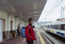 Homme debout sur la gare — Photo de stock