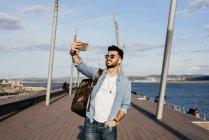 Masculino viajante tomar selfie com smartphone — Fotografia de Stock