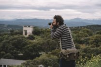 Человек, фотографирующий пейзаж — стоковое фото