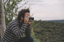 Fotogiornalista maschio che scatta foto — Foto stock