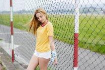 Девочка-подросток, стоящая на спортивной площадке — стоковое фото