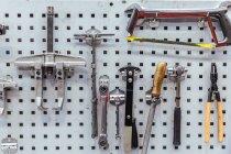 Инструменты на стене в механической мастерской — стоковое фото