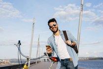 Chico con bicicleta y smartphone - foto de stock