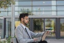 Empresarios que utilizan ordenadores portátiles - foto de stock