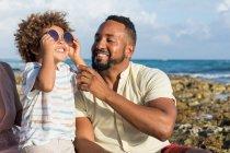 Vater und Sohn spielen mit Sonnenbrille — Stockfoto